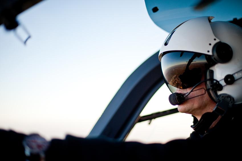 Pilot im Rettungshubschrauber Hubschrauber Cockpit