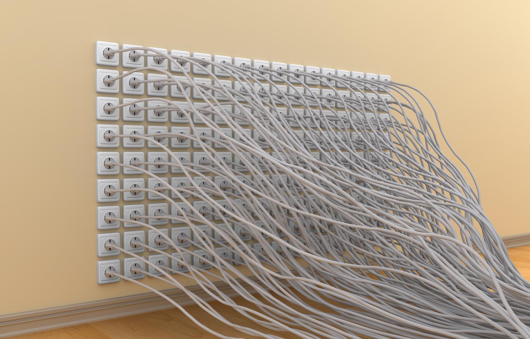 Viele Stecker in vielen Steckdosen